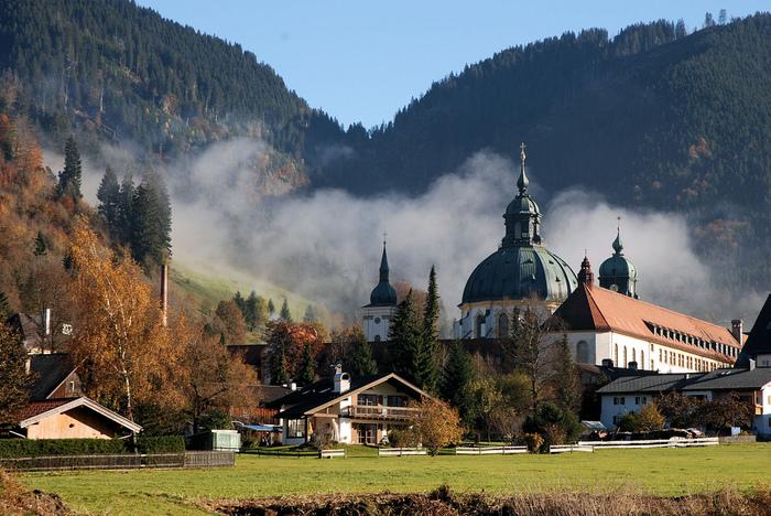 Экскурсия в Альпы, замок Линдерноф, монастырь Этталь, Обераммергау